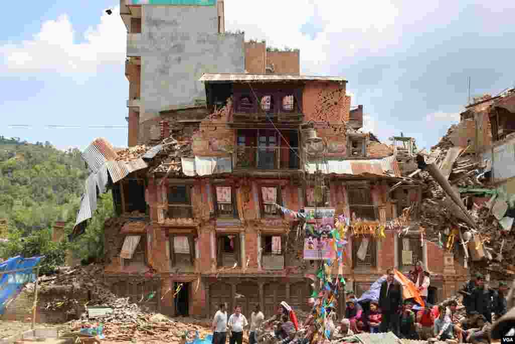 Nepal'in başkenti Katmandu'nun 27 kilometre uzağındaki Saku, depremle yer bir oldu. Kentteki ölü sayısı 250'yi aşmış durumda. Tarihi kentteki evlerin %95'i yıkıldı. Kalanların ise artçı bir sarsıntı yıkılması muhtemel. (The village of Saku, only 27 kilometers away from Katmandu is devastated by the recent earthquake. The death toll in the village rose to over 250. 95 percent of all buildings in the historic village have been destroyed.)