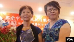 郭开智(左)接受美华总会长李社潮颁奖(美国之音国符拍摄)