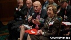 纽约大学法学院孔杰荣教授与会发问,右为美中关系全国委员会主席希尔斯(Carla Hills)