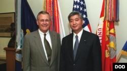 2001年6月22日美国国防部长拉姆斯菲尔德在五角大楼会见当时的日本防卫厅长官中谷元(左) (国防部照片)