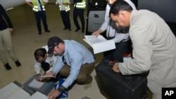 هلند، ۳۱ اوت ۲۰۱۳. تیم بازرسان سازمان ملل مشغول بررسی نمونه های یافته شده از محل انجام حمله شیمیایی ۲۱ ام اوت هستند.