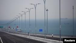 سمندر پر تعمیر کیے جانے والے دنیا کے طویل ترین پل کا ایک منظر۔ 23 اکتوبر 2018