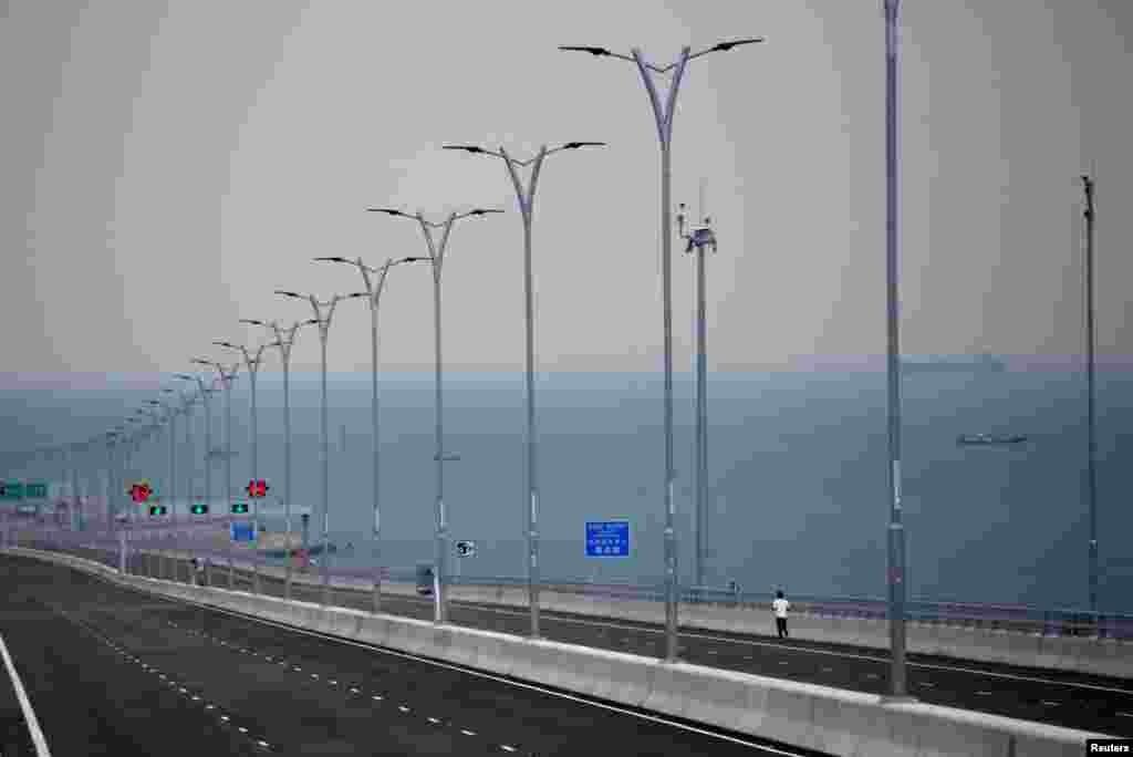 پل 55 کلومیٹر طویل ہے جس کی تعمیر 2009ء میں شروع کی گئی تھی۔ پل چین کے دریائے پرل کے ڈیلٹا پر قائم کیا گیا ہے۔
