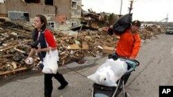 堪薩斯州遭龍卷風襲擊﹐居民收拾自己的物品離開破壞現場
