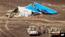埃及军方人员乘车抵达俄罗斯11月1日在埃及坠毁的喷气客机机尾坠落地点