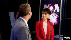18일 VOA, 미국의 소리 방송을 방문한 버마의 민주화 지도자 아웅산 수치 여사.