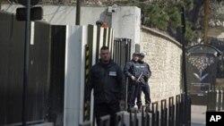 Cảnh sát vũ trang đứng gác bên ngoài trụ sở của Cơ quan tình báo Pháp (DCRI) tại Levallois-Perret gần Paris, ngày 24/3/2012. Abdelkader Merah đã được đưa tới đây từ Toulouse để điều tra về vụ thảm sát