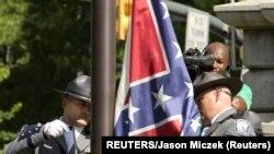 Sklanjanje zastave Konfederacije pred Većnicom Južne Karoline