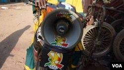 Ibrahim Sacko, seorang pendongeng keliling, di atas sepeda motornya turut berkampanye untuk meningkatkan kesadaran akan wabah Ebola di Kayes, Mali (6/11). (VOA/Katarina Höije)