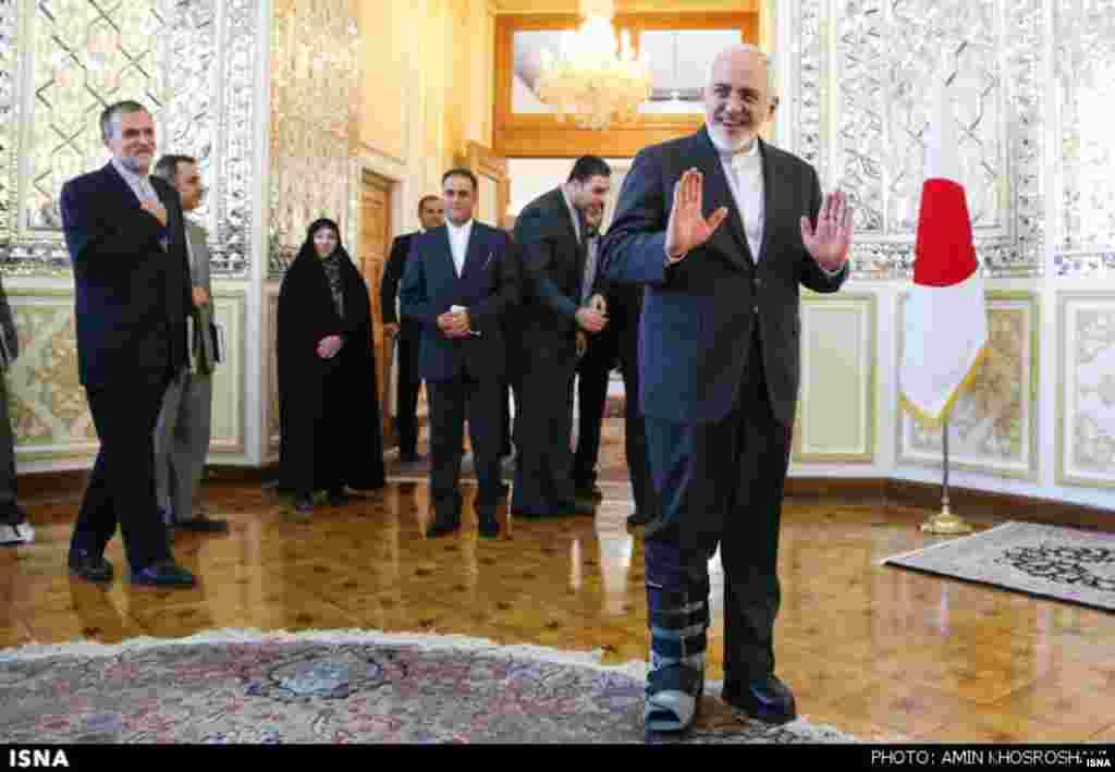 محمدجواد ظریف با پای شکسته در دیدار با وزیر امور خارجه ژاپن. عکس: امین خسروشاهی، ایسنا