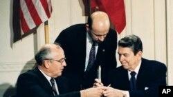 SSCB Lideri Mikhail Gorbaçov ve ABD Başkanı Ronald Reagan INF Paktı Anlaşması imza töreninde