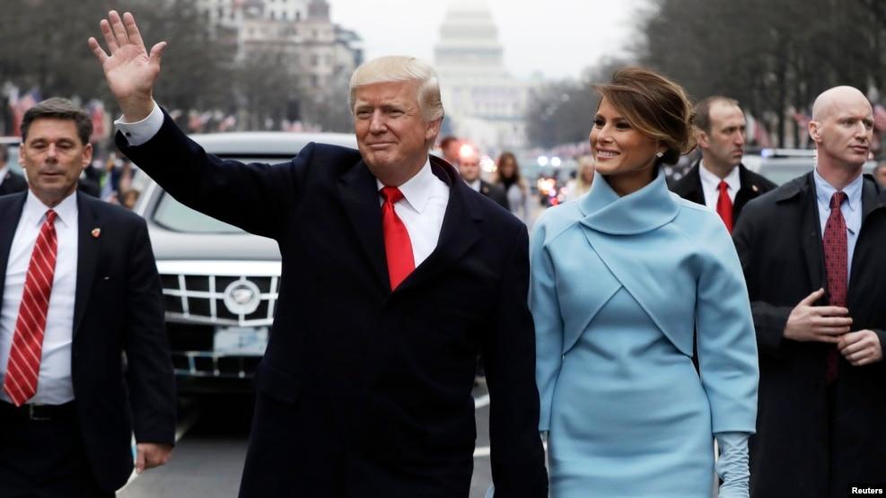 Tân Tổng thống Mỹ Donald Trump và tân đệ nhất phu nhân Melania Trump trong cuộc diễu hành mừng Lễ Nhậm chức trên đại lộ Pennsylvania ở Thủ đô Washington, 20/1/2017.