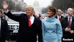 رئیس جمهوری و بانوی اول آمریکا همراه با فرزندشان برن پس از ادای سوگند