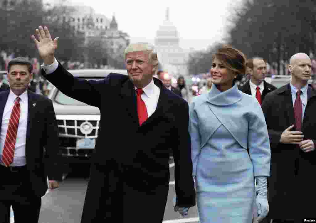 美国总统唐纳德·川普和第一夫人梅拉尼亚·川普在华盛顿的宾夕法尼亚大道上参加就职大典游行(2017年1月20日)