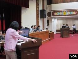 台湾立法院教育及文化委员会11月19号质询的情形 (美国之音张永泰拍摄)