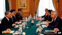 지난달 28일 브루나이에서 열린 아세안 확대 국방장관회의에서 김관진 한국 국방장관(왼쪽)과 척 헤이글 미국 국방장관(오른쪽)이 별도의 양자회담을 가졌다.