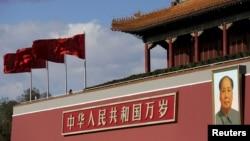 资料照片:天安门广场的毛泽东像。(2015年12月2日)