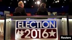 资料照:工作人员在南卡北查尔斯顿共和党总统初选辩论会场做准备。(2016年1月13日)