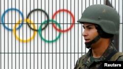 Un soldat brésilien patrouille dans un parc de Rio de Janeiro, le 21 juillet 2016
