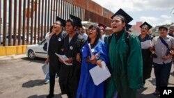 Soñadores usando togas y birretes protestan en contra de las deportaciones de jóvenes en Nogales, Arizona.