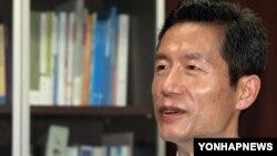 30일 한국 언론과 인터뷰 중인 북한인권운동가 김영환 씨. 중국에서 받은 가혹 행위를 상세히 공개했다.