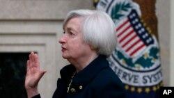Janet Yellen dilantik sebagai Gubernur Bank Sentral Amerika di Washington, Senin (3/2) dan menjadi perempuan pertama yang memimpin bank sentral Amerika, Federal Reserve, dalam sejarah selama 100 tahun.