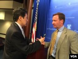 克林纳(右)接受美国之音的采访 (美国之音莉雅拍摄)