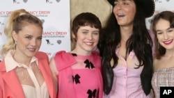 سوفیا لیلیس (نفر دوم از چپ) ۱۷ ساله قرار است نقش خواهر را در این فیلم بازی کند.