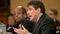 Kepala IRS yang mengundurkan diri, Steven Miller (kanan) harus menghadapi pertanyaan dari para anggota DPR AS, Jumat (17/5).