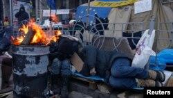 Một người tham gia biểu tình ngủ trong một chiếc lều vào sáng sớm, Kyiv, 5/12/2013