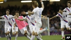 런던 올림픽 한국 남자 축구대표팀이 4일 8강전에서 영국에 승리한 뒤 환호하고 있다.