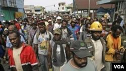 Pegawai Freeport-McMoRan Copper berdemonstrasi di Timika, Papua untuk menuntut kenaikan gaji (14/10).
