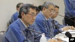 日本東京電力公司總裁清水正孝(左)星期五在東京表示將辭職