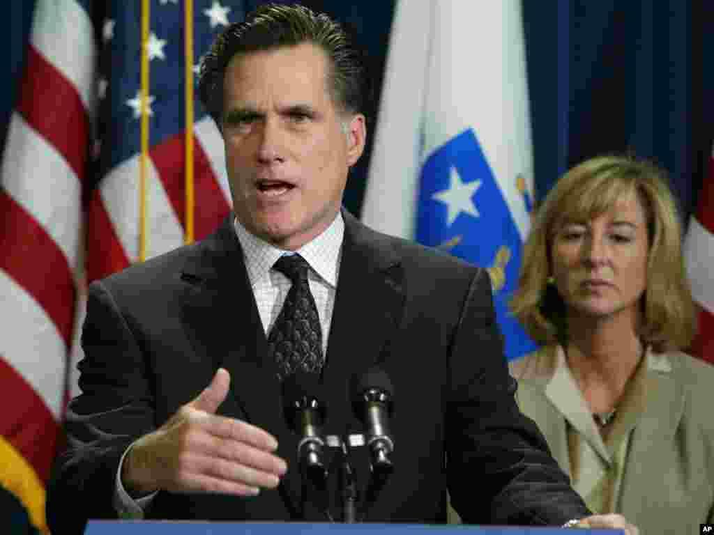 Mitt Romney s'adressant aux journalistes, le 18 novembre 2003, à Boston après la décision de la Cour suprême du Massachusetts déclarant inconstitutionnelle une loi du Massachusetts interdisant le mariage homosexuel