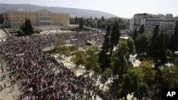 18일 그리스 의회 앞에서 벌어진 긴축재정 반대 파업 시위.