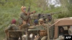 马里士兵坐在在一辆架着机关枪的军车上在首都巴马科以北四百公里远的城镇迪亚巴雷街头巡逻