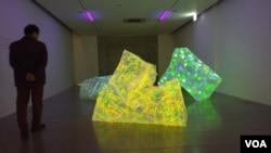 한국 파주 블루메 미술관에서 설치 미술가 이은숙 작가의 '실과 빛-관계의 시작' 개인전이 열리고 있다.