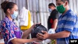 ورلڈ فوڈ پروگرام کے تحت ایل سلواڈور میں سمندری طوفانوں سے متاثرہ افراد میں امداد تقسیم کی جا رہی ہے۔