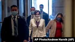 La Présidente de la Chambre, Nancy Pelosi, de Californie, arrive au Capitole, le jeudi 23 avril 2020, à Washington. (AP Photo/Andrew Harnik)