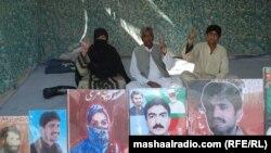 مامابلوڅ دې تصویر کې لیدل کیږي.د بلوچستان په بې درکه کسانو کې د ماماقدیر بلوڅ خپل ځوی هم شامل وو. هغه ډیوه ریډیو ته ویلي زوئی جلیل ریکې په فرورۍ کال ٢٠٠٩ کې وتښتول شو او نومبر ٢٠١١ کې د هغه مړی د تربت اسسټنټ کمشنر په لاس ورکړ چې ډیر زیات تشدد ورباندی شوی وو