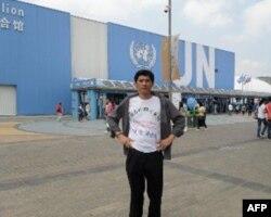 张晓刚在世博会联合国馆前