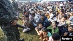 Tentara Thailand menjaga para pengungsi Burma di kota perbatasan Mae Sot (foto: dok). Human Rights Watch menuduh Thailand menelantarkan para pengungsi Burma di perbatasan.