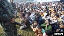 2010年11月9日在泰緬邊境﹐泰國軍人看守著從緬甸逃跑到泰國等候入住難民營的難民。(資料圖片)