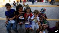 Crianças que entraram ilegalmente nos Estados Unidos num centro de acolhimento