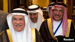 沙特石油部长欧那密,左,出席海湾协作委员会会议