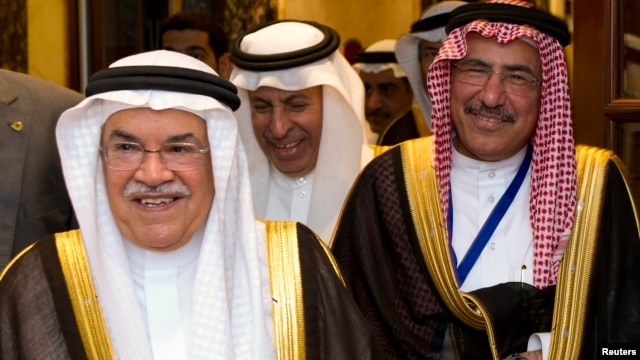Saudi Arabian Oil Minister Ali Al-Naimi (L) attends the First Gulf Cooperation Council Petroleum Media Forum in Kuwait City, March 25, 2013.