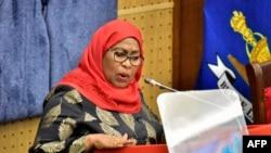 Perezida wa Tanzaniya Samia Suluhu Hassan ashikiriza ijambo inama nshingamateka i Dodoma, muri Tanzaniya, kw'itariki ya 22/04/2021.