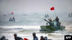 중국군이 수륙양용장갑차를 동원한 상륙 훈련을 실시했다. (자료사진)