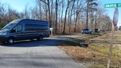 Машины сотрудников российского посольства в США покидают территорию дачи дипломатов в Сентервилле, штат Мэриленд
