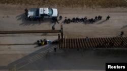 Menores no acompañados son separados en una fila en la localidad de Peñitas, Texas, EE. UU., el 17 de marzo de 2021.